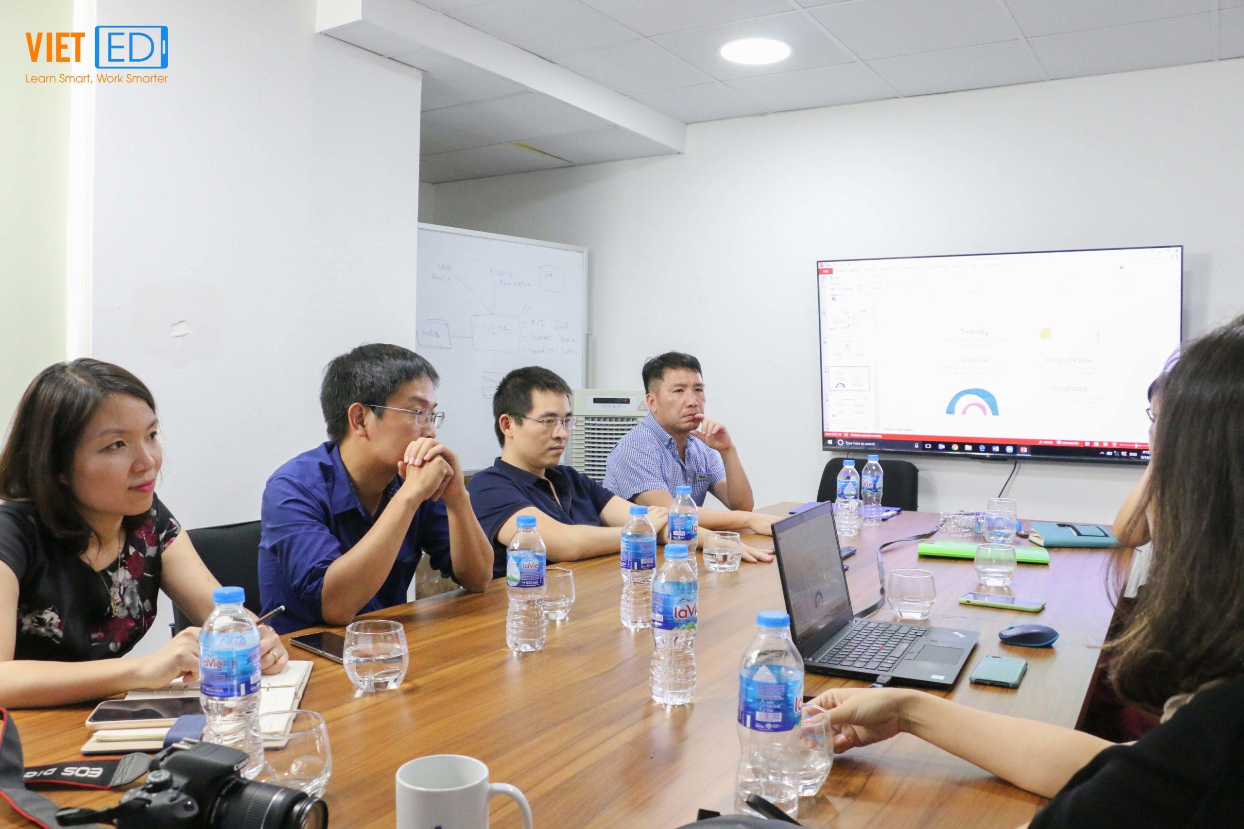 Ban lãnh đạo và các thành viên tham dự lắng nghe phần trình bày của ông Nguyễn Mạnh Hải