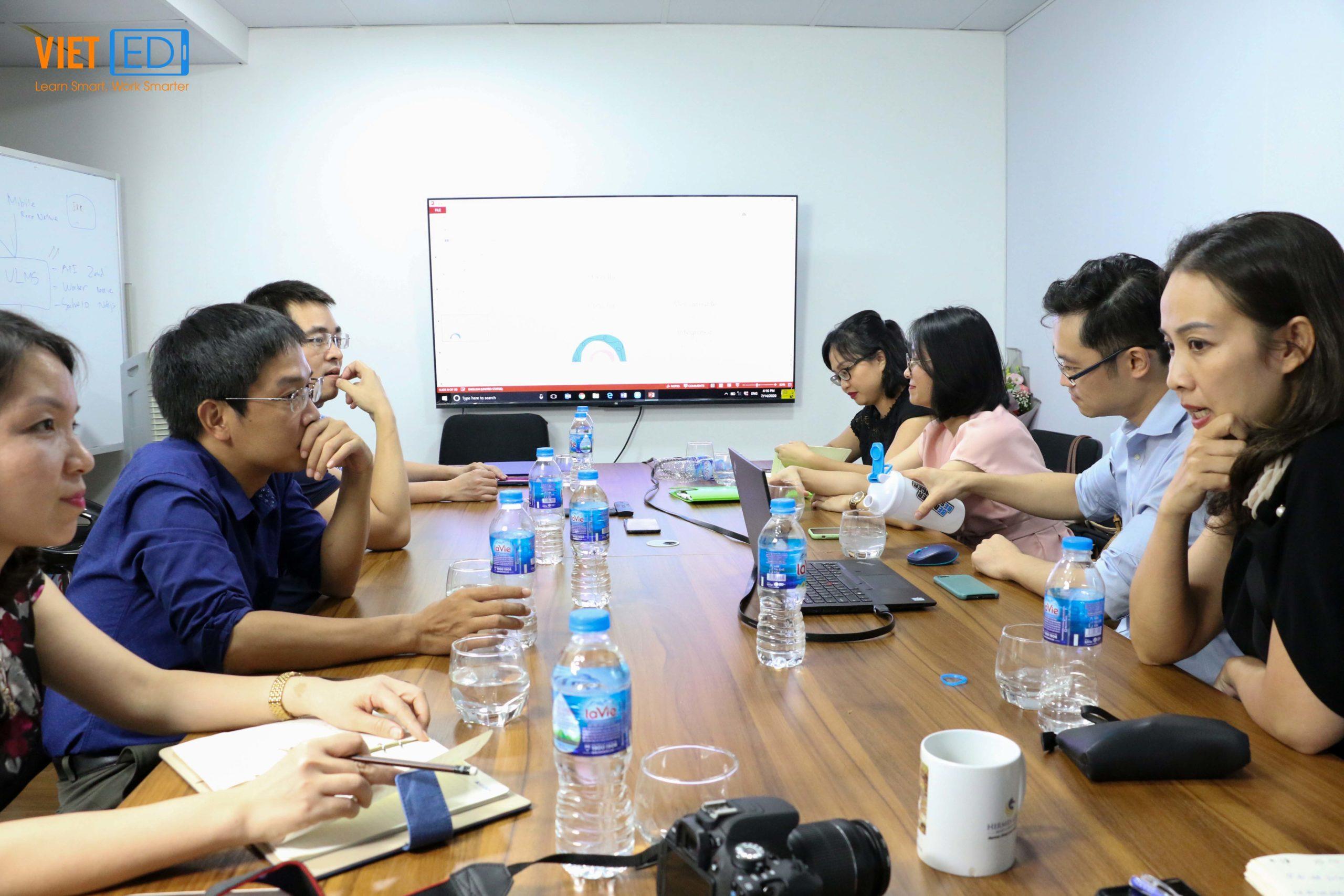 Ban lãnh đạo và các thành viên tham dự lắng nghe phần trình bày của bà Đỗ Thị Thu Trà