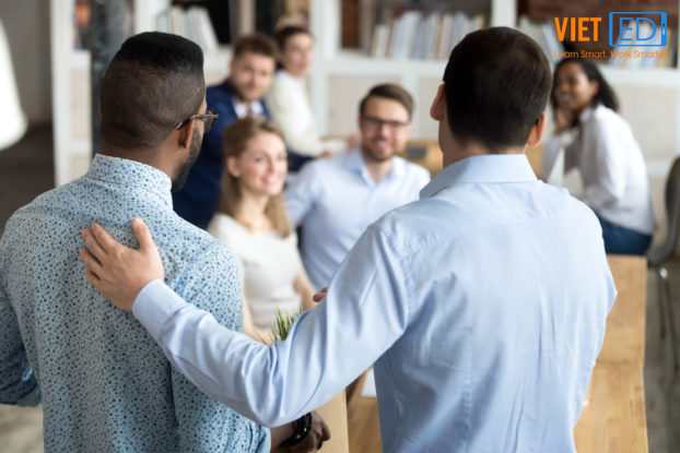 Giúp nhân viên mới làm quen với văn hoá doanh nghiệp, công việc và vị trí mới chính là một phần của onboarding.